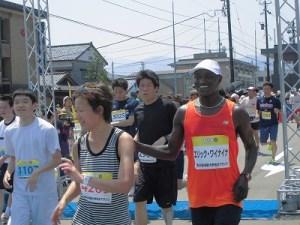 第52回越前大野名水マラソン ゴールしてきたワイナイナ氏/どこまでもアマチュア