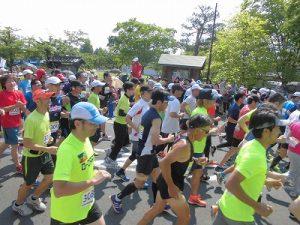第52回越前大野名水マラソン スタートしていく多くのランナーたち/どこまでもアマチュア