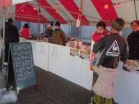 世界醤油カツ丼機構でカツ丼を買い求めるお客さん