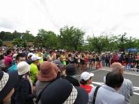 スタートを待つ選手たちと応援に駆け付けた市民