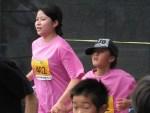 ゴール直前を疾走する親子の部のランナーたち