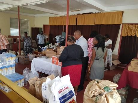 Die Gemeinde beim Verteilen der Spenden