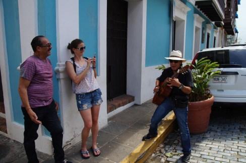 Straßenmusiker und Nachbar