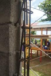 So sehen verstärkte Stahlstangen aus, die das Gebäude sicherer machen