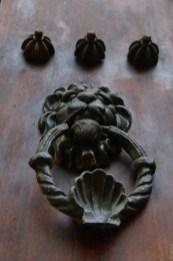 Die Türknöpfe verraten, wer früher hier wohnte: Löwe steht für Militärleute. Ein Meereszeichen für jemanden, der z.B. als Fischer arbeitete