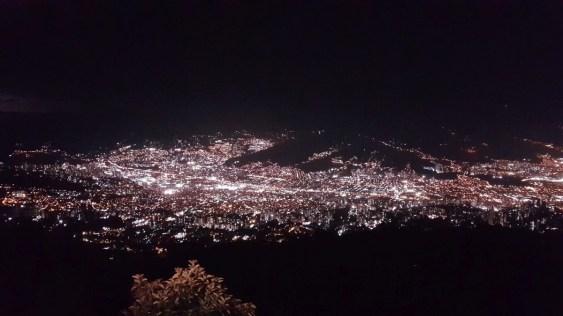 Der Blick über die Stadt bei Nacht. Hier war ich mit Esteban und Juliana Abendessen. Wahnsinnsausblick