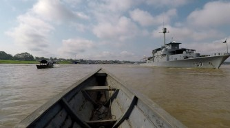 Da wir kurz vor der Grenze zu Brasilien und Peru sind, ist natürlich auch ein Militärschiff nicht weit.
