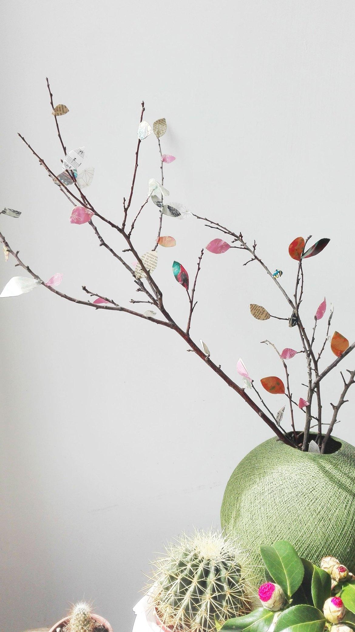 rami con foglie di carta