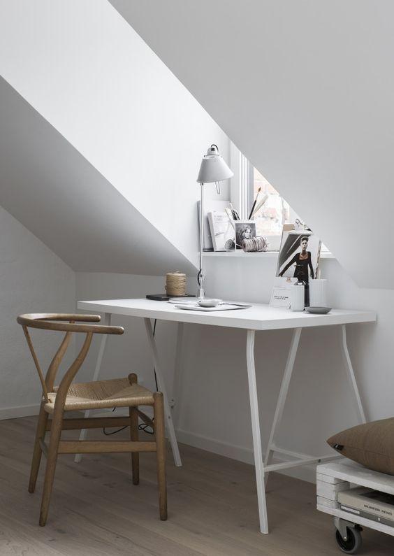 angolo scrivania di fronte alla finestra