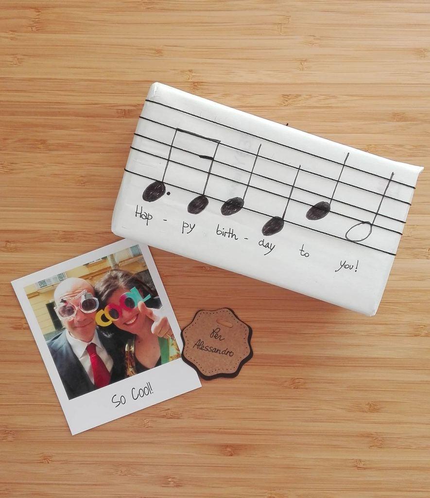 pacco regalo con note di buon compleanno