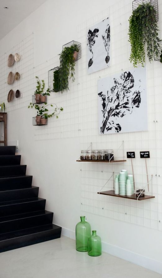 rete metallica su parete vicino alle scale