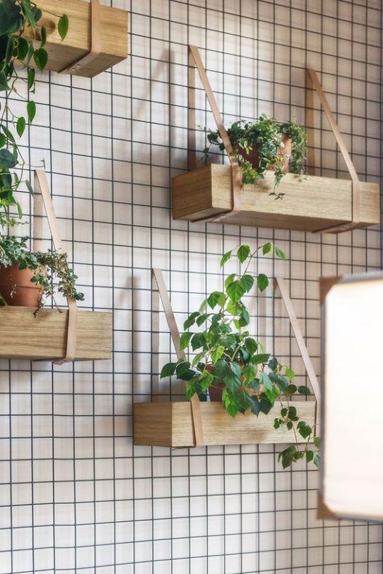 parete con rete metallica e piante