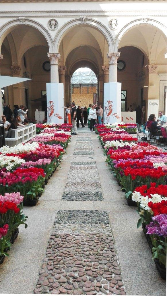 Il cortile di tulipani a Palazzo Turati, in via Meravigli