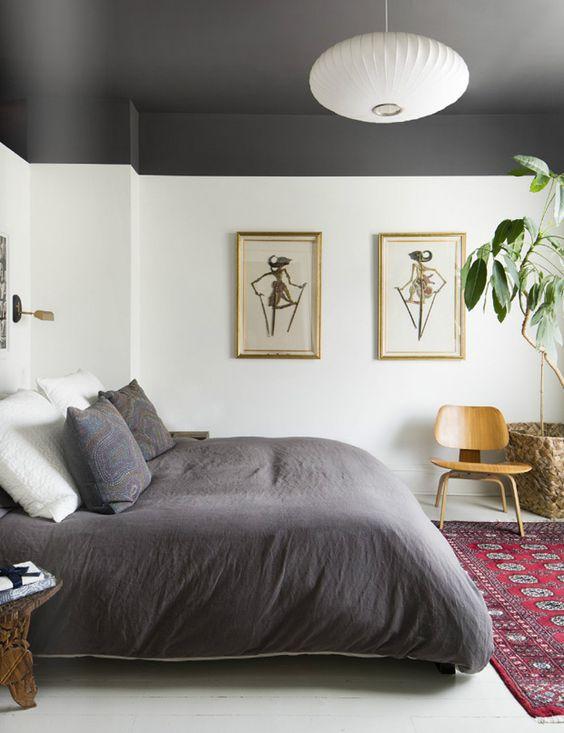 soffitto grigio in camera da letto