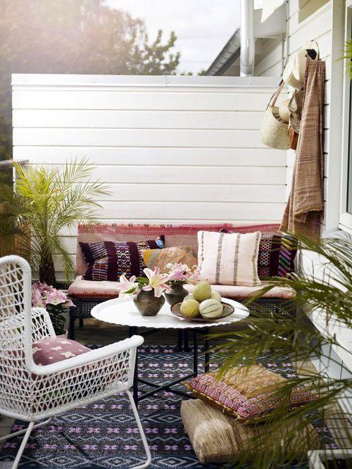 arredare balcone con cuscini e tappeti per ammirare il cielo