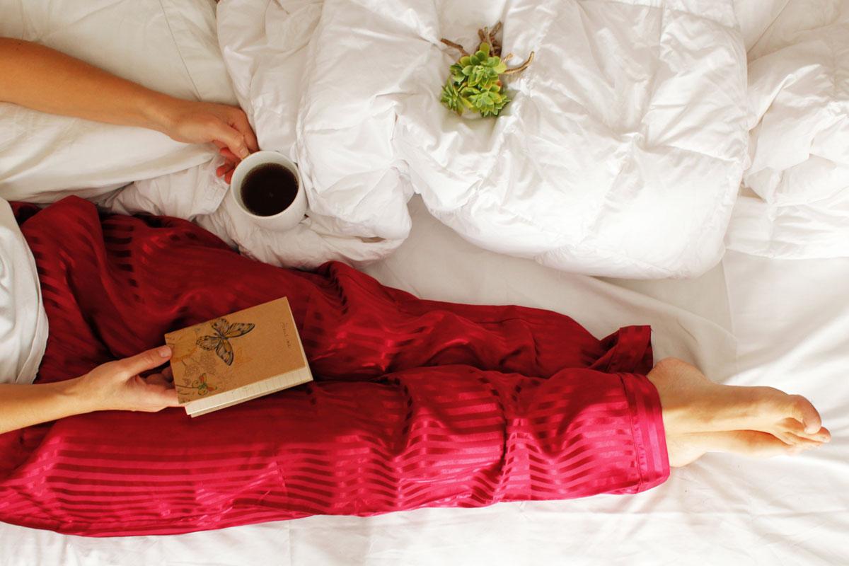 posizione relax su letto con piumino daunenstep d800 mid season