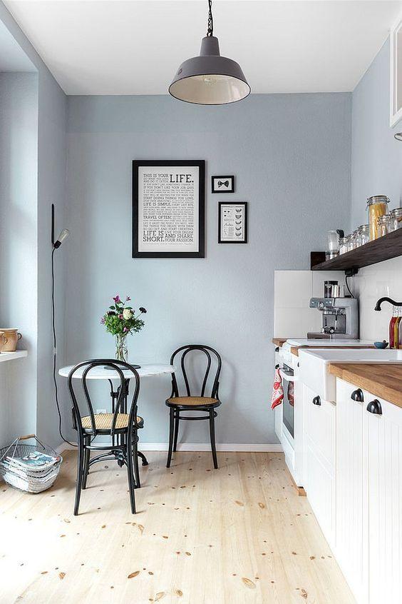 cucina con sedie nere
