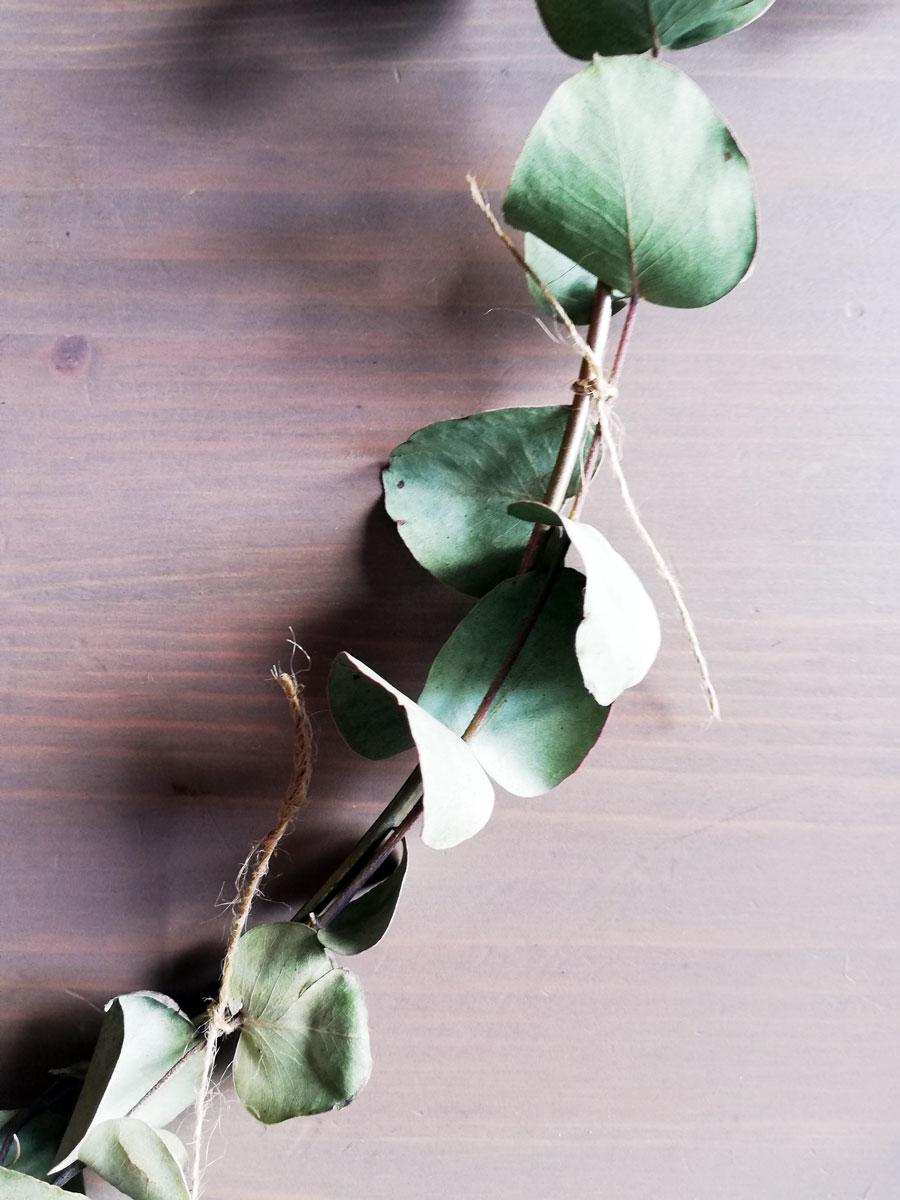 fasi di realizzazione ghirlanda con rami di eucalipto