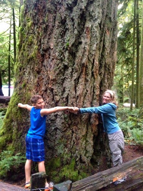 lee & hunter hugging a tree