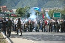 La marcha pro autonomista avanza hacia la vigilia campesina rompiendo el pequeño cerco policial (Foto prensa de Cochabamba, 11, 1, 2007)
