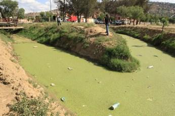 Aguas verdosas y lodo contaminantes que llegan de las zonas circundantes (Foto: Chaski Klandestino)