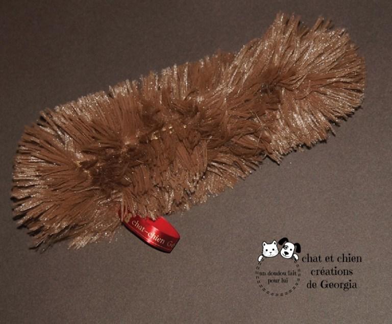 Bâtonpoils shaggy marron, jouet pour chien créé par Georgia