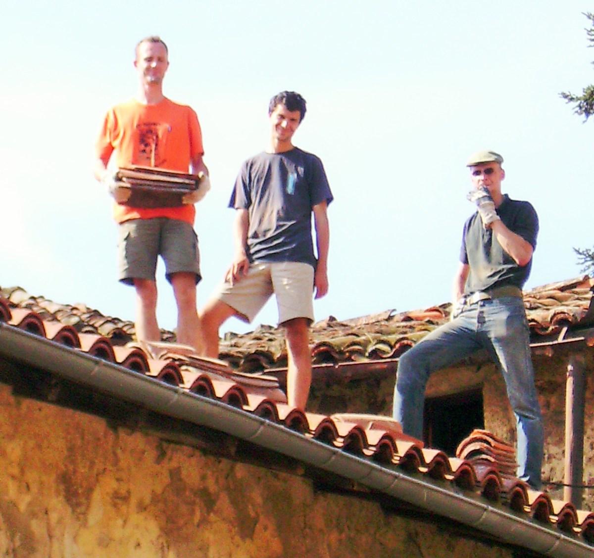 Tanguy, Armand et Guilhem réparent les gouttières
