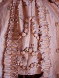 Saconay - Parements en platitude et bouillonés de la robe