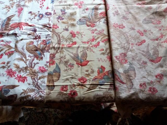 Tissus de la chambre des perroquets : de gauche à droite, tissu neuf, bande déjà utilisée, tissu décroché et lavé