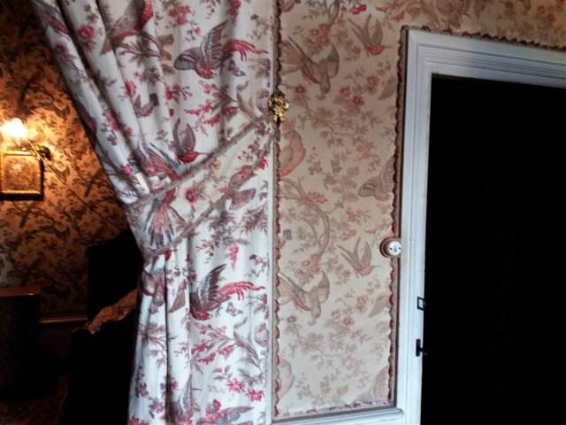 Saconay - Chambre des perroquets, Il y a déjà un contraste entre les rideaux propres et le tissu du mur.