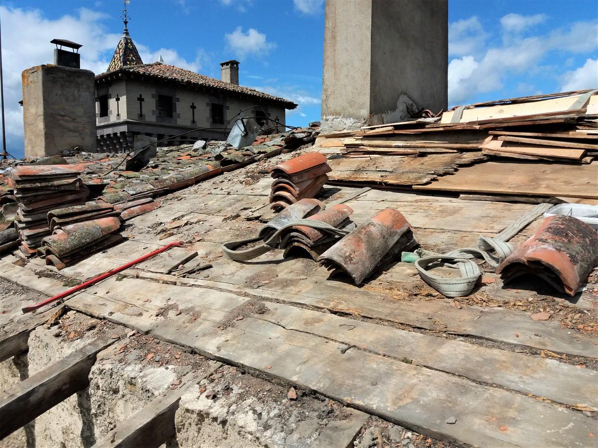 Saconay - On enlève des anciennes tuiles