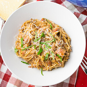 This one-pot spaghetti with meat sauce helps you get a family favorite dinner on the table with only one pot to wash after! | recipe from Chattavore.com