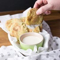 Fried green tomatoes are Southern food at its best, but oven-fried green tomatoes take the messy, popping oil factor out of the equation! | Recipe from Chattavore.com