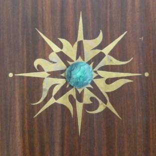 Faux bois Acajou Sapelli, sphère en Malachite et motif feuille de cuivre oxydée Chaux room