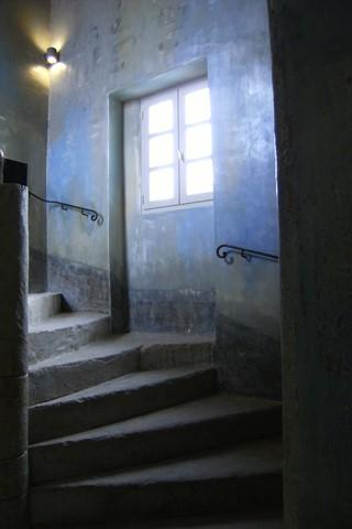 Cage escalier decorée à la chaux bleue restaurée à l'identique