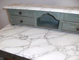 Petit meuble avec patine et faux marbre blanc par chaux room