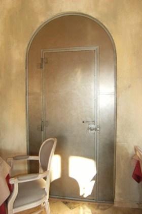 Porte habillée de metal par chaux room