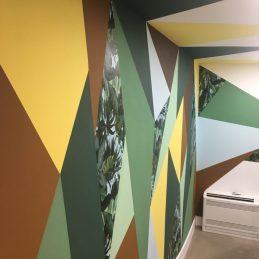 Les couleurs des formes sont celles que l'on retrouve dans le papier peint