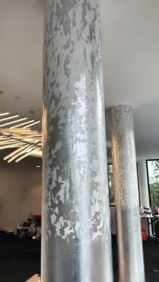 Colonnes en plâtre décorées à la feuille d'argent