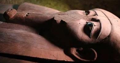 Uma antiga necrópole contendo dezenas de caixões de pedra e um colar com uma mensagem da vida após a morte foi descoberta no Egito.