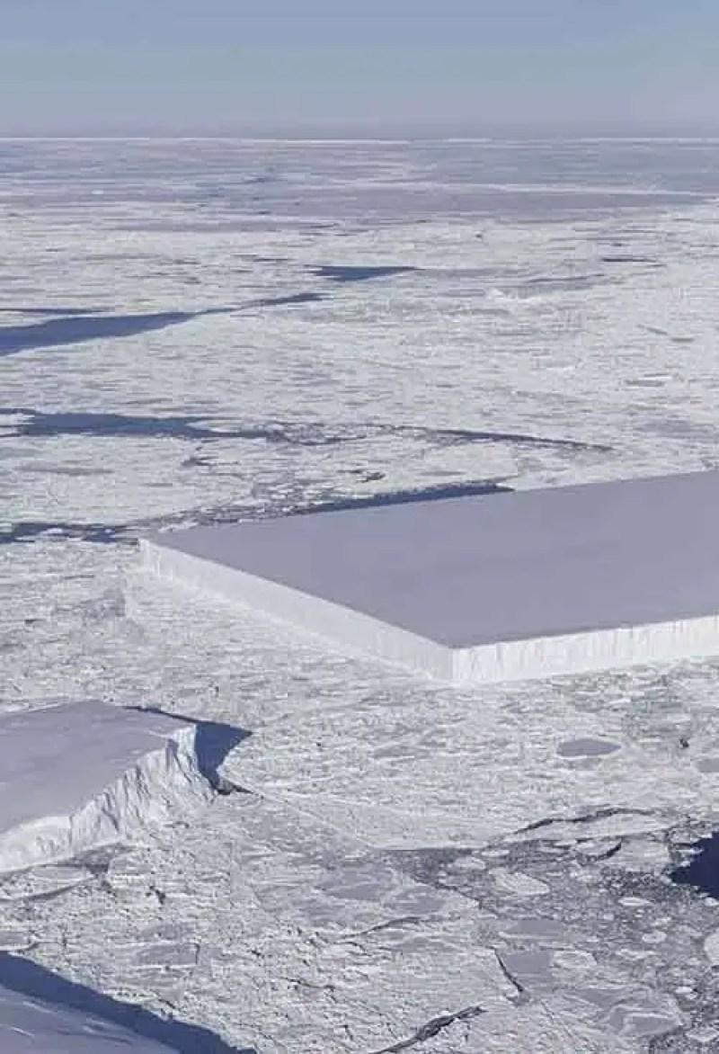 """Desde vôo ontem #IceBridge: você pode ver à direita um iceberg tabular, flutuando no gelo do mar ao largo da plataforma de gelo Larsen C"""", escreve o relato da NASA ICE (@NASA_ICE) imagem ao lado . Os ângulos agudos e a superfície plana do iceberg indicam que provavelmente se desprendeu recentemente da plataforma de gelo."""""""