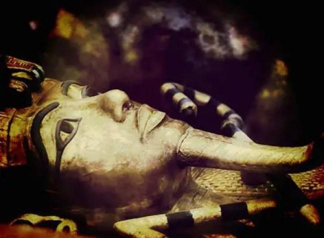 De todos esses mistérios, um que realmente se destaca é o de uma maldição mística, que dizem ter sido concedida aos túmulos dos antigos reis, e que se tornou uma lenda popular e um ponto de especulação no mundo dos o paranormal. Aqui temos um pouco de mistério, aventura e exploração, misturado com um mal mágico mortal.