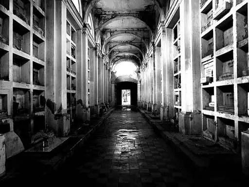 a cripta dos caixões que se movimentam sozinho