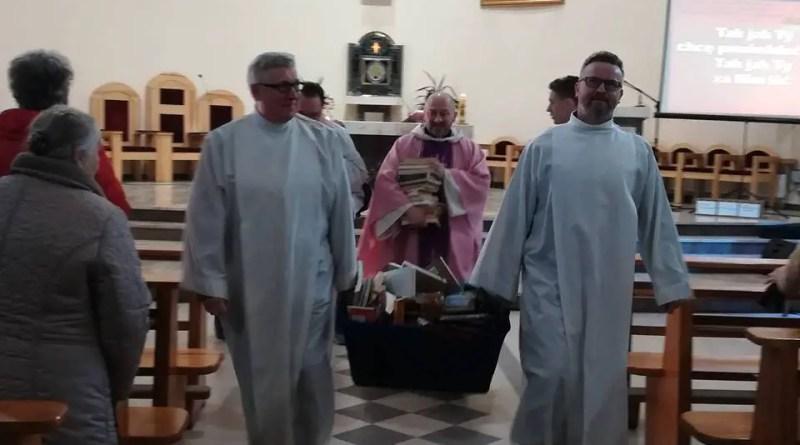 Padres católicos no norte da Polônia queimaram vários livros