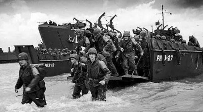No dia 6 de junho de 1944, cerca de 5,4 mil soldados perderam a vida num dos episódios mais importantes da 2ª Guerra Mundial. Foi o início do ataque de exércitos aliados a tropas alemãs na Normandia, litoral norte francês. Cerca de 6.900 navios, 5.500 aviões e 160 mil soldados (incluindo 13 mil paraquedistas) dos EUA, Grã-Bretanha e Canadá cruzaram o Canal da Mancha, vindos da Inglaterra, para iniciar a operação Overlord, cujo objetivo era expulsar os nazistas do oeste europeu. A campanha durou quase 90 dias e custou a morte de 445 mil pessoas (entre soldados e civis) até a chegada dos aliados a Paris, em agosto. A derrota na França acuou os exércitos de Hitler e encaminhou o fim da guerra.