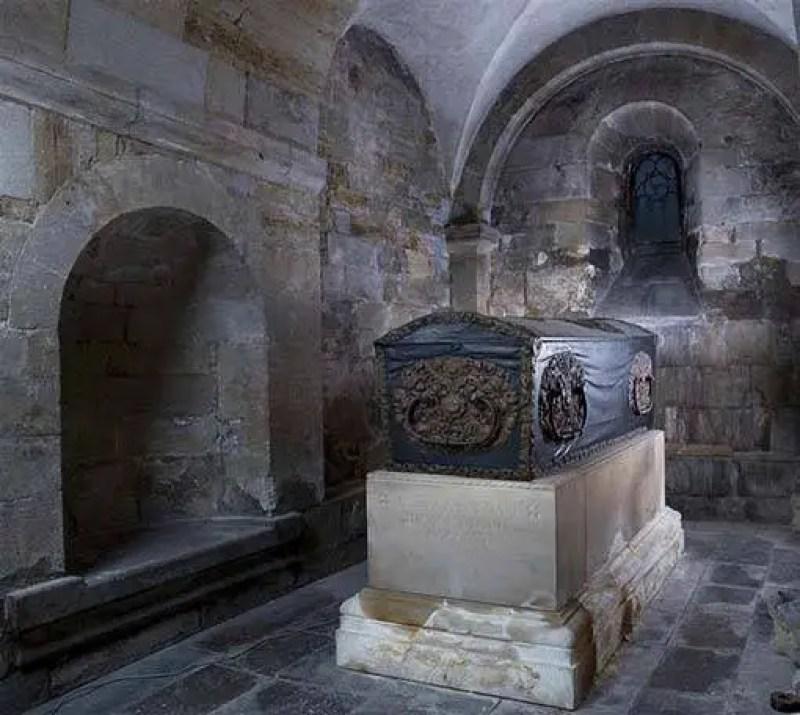 caixão do bispo do século XVII enterrado com um segredo