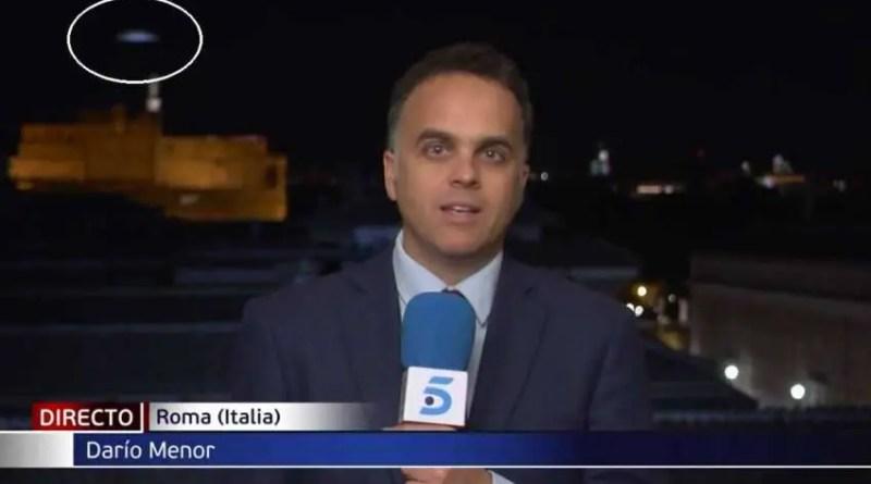 Um OVNI aparece em alta velocidade ao vivo em um telejornal de Roma