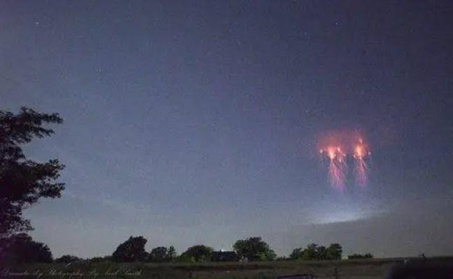 Fotógrafo Paul Smith captura mais uma foto de sprites vermelhos 'raros' nos céus acima de Oklahoma