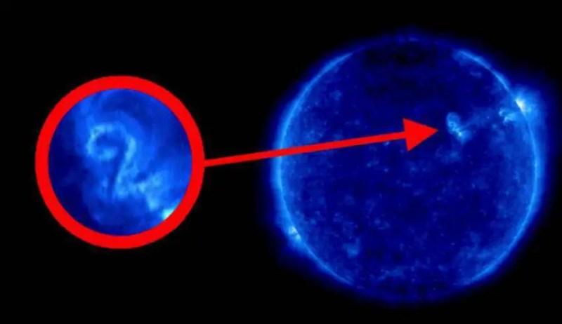 """Uma imagem da NASA mostra o número """"2"""" na superfície do Sol"""