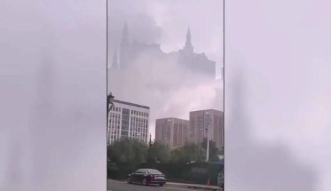 Um enorme 'castelo flutuante' aparece sobre uma cidade chinesa